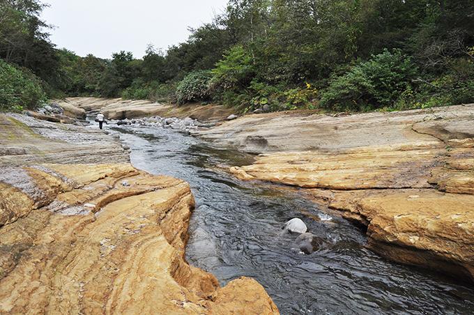 凄まじい河床低下の現場