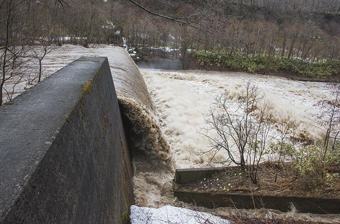 2015-04-03・砂蘭部川・増水時の2号砂防ダム・KAZ_0356