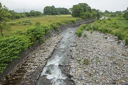 2015-06-25・加工済・砂蘭部川・上砂蘭部橋・下流側の木工沈床が露出し、ばらばら化・KAZ_0225