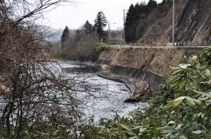 川底が下がったために、道路のコンクリート擁護壁の基礎に置いたコンクリートブロックが水面から出ている。