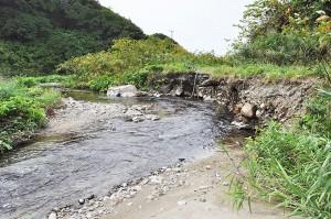 町道の川岸が崩れている。