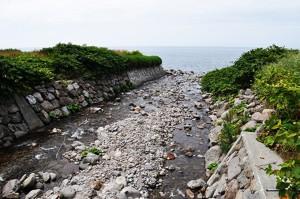 日本海に注ぐ谷川である。2011年8月9日