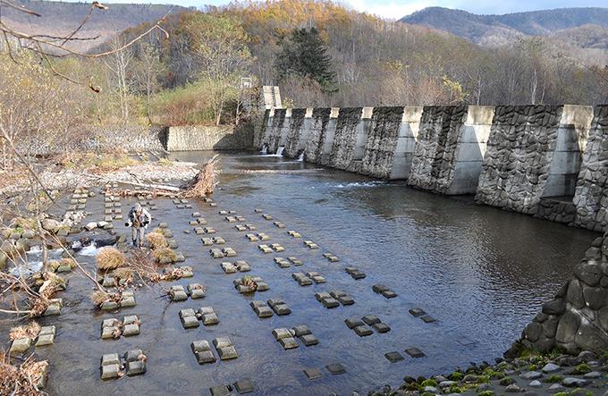 国道から2kmほど入ったところに1997年10月に完成した「群別川1号砂防ダム」がある。堤高7.0m、堤長246mの大規模なスリット式ダムである。
