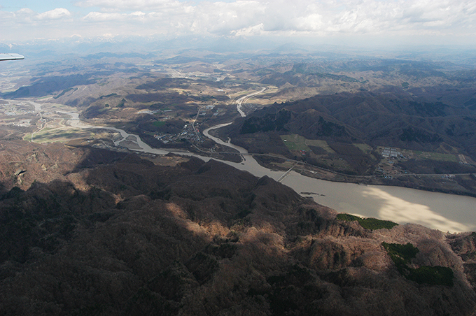 2004年05月01日に撮影した二風谷ダムの流入部。左が沙流川本流、右が平取ダムが着工されている額平川。合流部の橋の直下に、二風谷ダムに砂利が流れ込まないようにする貯砂ダムがあるが、このダムによって沙流川、額平川ともに上流へと砂利がどんどん貯まり続けている。二風谷ダムと貯砂ダムを含め、巨大ダムのデメリットをすべて教えてくれている。