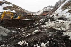 重機が入り、掘削作業中で、川がどこにあるのかすら見えない。2012年03月25日