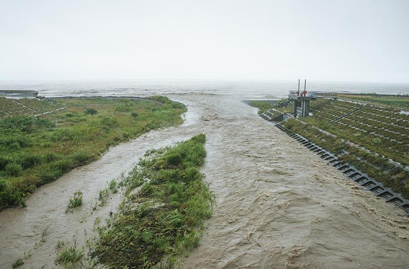 案の定、泥川になっていた。まさに、ダムがある川の特徴である。2014年8月5日。