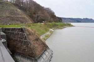 2013年05月18日に撮影した二風谷ダムの湛水域の右岸側にあった苫小牧東部へ送水するための取水施設が撤去されている。コンクリートで塞がれた取水口がその痕跡をとどめている。