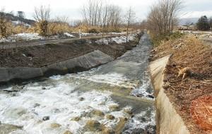 砂利を止めるための堰。2004年3月16日