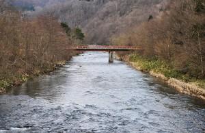 河床が下がれば橋脚は掘り下がり、増水時に倒壊する危険が高まる。