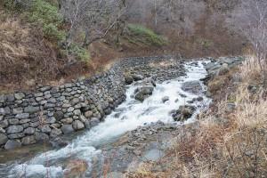 川底は巨石が互いに噛み合っており、川底が下がりにくくなっている。それを知ってか、石積みの護岸となっている。撮影:2013年11月21日