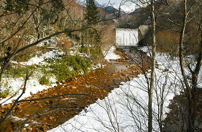 2007年2月9日、見市川が真っ赤に染まった。見市川砂防ダムの堆砂中に埋まった大量の落ち葉などの有機質がヘドロ化し、酸化鉄が生成され、堤体下部の穴から、大量に噴出し、川を真っ赤に染めたのだ。