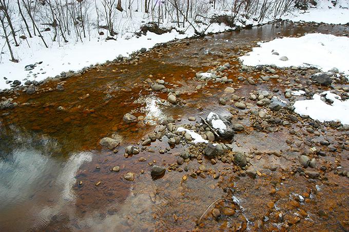 川底は酸化鉄混じりの真っ赤なヘドロで覆われた。