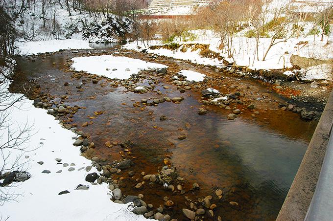 真っ赤な酸化鉄混じりのヘドロで覆われた川底。