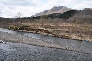 川底が下がり、川岸が引き倒されるように崩れていく。