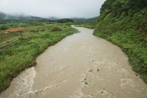 ひどい泥水が流れ下る。時間の経過とともにきれいな水に戻っても、泥水の痕跡が川底、川岸、中州にしっかりと残る。2011年8月3日に見た微細な砂やシルトがこうした泥水の痕跡なのだ。2014年8月5日。