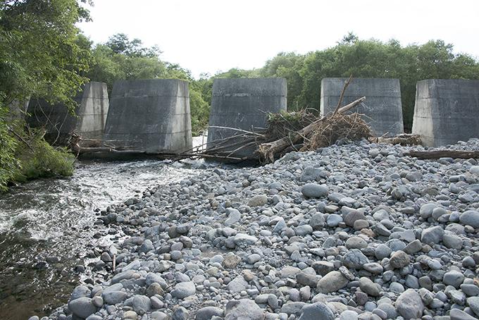 2014年09月08日に、③と同じところを撮影したのだが、流木の量や種類が少ないので、河川管理者らはスリットを塞いでいる流木をかたづけた。しかし、増水すればご覧の通りに流木がスリットを塞ぐことになる。スリットを塞ぐ流木を常に取り除くメンテナンスが必要となる。これまでも何度も流木を取り除いたのだろう。