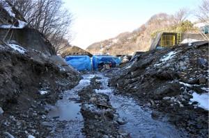 スリット化されたダムを上流側から見る。川水は螺旋式の魚道へ切り替えられている。良瑠石川本流の治山ダムが逆台形型にスリット化され、川は解放された。2011年2月22日