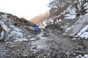 同治山ダムの堆砂は左右に振り分けられ、流路が開かれた。2011年2月22日