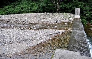 同、治山ダムの堆砂。大きな石は見当たらない。