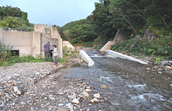 同、逆台形型にスリット化された治山ダム。左右のコンクリートは魚道だが、実際には不要であり、落差を生じさせるので、むしろ川の回復の弊害となっている。2012年9月17日