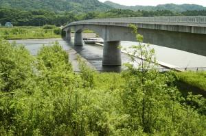 二風谷ダムに流入する砂利を止めるために建設された貯砂ダム。2003年06月22日に撮影したもの。当時は落差があったダムだが、現在はほぼ砂利で埋まり、落差がほとんどなくなってしまった。それだけ二風谷ダムは砂利で埋まったわけだ。