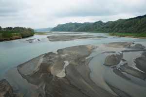 二風谷ダムの流入部にある貯砂ダムから下流を見る。遙か先に二風谷ダムの堤体があるが、淡水域はすでに膨大な砂利で埋まり、すでに治水の機能を失ったも同然となっている。