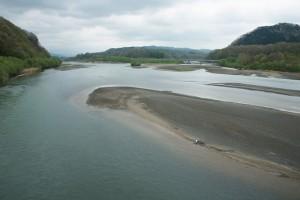 貯砂ダムから上流を見る。正面が沙流川本流で、右が支流の額平川。砂利の堆砂域は貯砂ダムからさらに上流へ、上流へと堆積し続けている。そのため川幅が河床が上昇し、川幅が異常に広がり続け、洪水の際には著しく水位が上昇することになる。ダムはダムの上流で新たに水害を発生させることになるのだから、ダムの治水機能は矛盾だらけと言わざるを得ない。