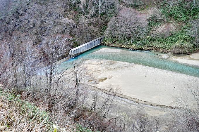 見市川砂防ダムは砂利が堆積して満杯になり、計画貯砂量を遙かに超えた砂利が上流へと貯まり続けている。堆砂の石は小さく微細差やシルト(泥)がほとんどである。