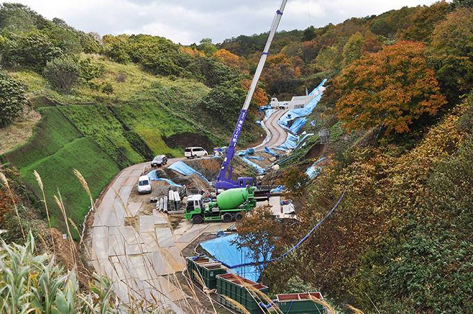 砂防ダムが完成していた。こんな規模のダムが本当に必要なのだろうか。更に、その上にも砂防ダムが建設されている。。2013年11月20日