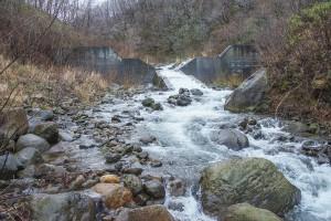 治山ダムを少しだけ逆台形型にスリット化し、魚道が取り付けられている。