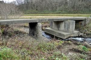 さらに下流では、農道の橋が川底が下がったために、橋脚の基礎が露出している。このままでは橋が崩壊するかも知れないから、危険な状況だ。