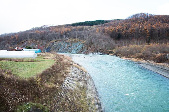 幌去橋下流で右岸の斜面が崩落している。水流が直接斜面を浸食するようになり、崩落は拡大を続けている。