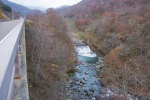 北海道電力の古い発電ダムが放棄されたまま。ここでも砂利は止まるので、下流は川底が下がり続けている。