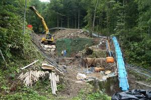 道路脇の小沢に治山ダム2基目の建設をしていた。道路に土砂が流れ出すから、らしいのだが…。ダム所有者の渡島森林管理署は、樹林化によって土砂の流出を抑える工夫ができないものなのか。治山事業は植林では無く、何が何でもコンクリートダムで押さえ込むことが行われている。