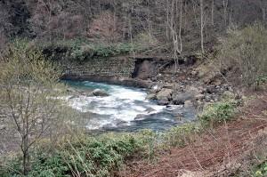 北電ダムの下流では河床低下が急速に進行しており、川岸の護岸が基礎を抜かれて崩壊している。