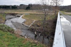 さらに下流でも、川底が下がっているために農地の縁が崩壊し、補修されていた。