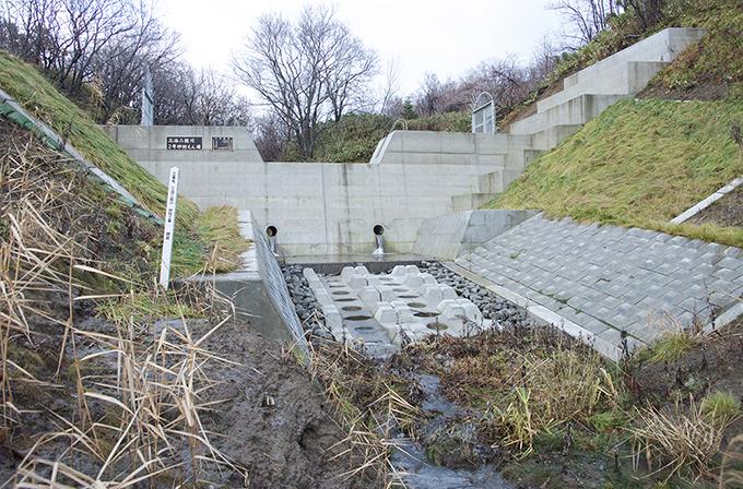 砂防ダムが完成していた。こんな規模のダムが本当に必要なのだろうか。更に、その上にも砂防ダムが建設されている。2013年11月20日