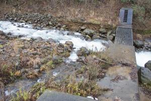 治山ダムはドリルで削岩された。堤体の厚みはそのままである。治山ダムに貯まっていた砂利は全部が流れ出したような形跡はない。