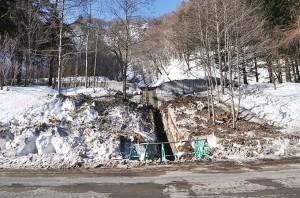 道路脇の小沢の治山ダムの上流で雪崩が発生し、治山ダムを乗り越えて道路を塞いだ。狭い沢なので、治山ダムが無ければ雪崩は途中で止まったかもしれない。この治山ダムが谷を広げ、雪崩を流れやすくした可能性がある。