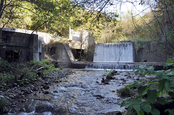 スリット化前の本流の上の治山ダム。2010年10月6日