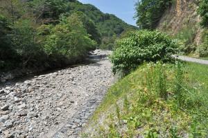川底の砂利が流されて川底が下がり、川岸が崩れる。左岸は崩れたために布団カゴ(金網に石を積めたカゴ)で補修されている。対岸も川岸が崩れて、段差が出来ている。