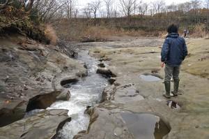 羽幌川との合流点だが、羽幌川へ注ぐ二股沢川は川底の砂利が失われて岩盤が露出している。