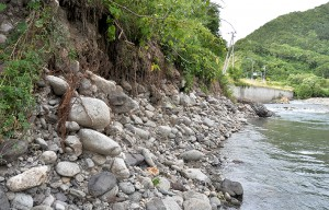 ⑨の下流の国道277号線のコンクリート擁護壁付近でも、川底が深く下がって、川岸を崩壊させている。増水して水流が当たれば、砂山崩しのように川岸が崩れる。