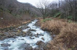逆台形型にスリット化されても、治山ダムに貯まっている砂利のほとんどが残っている。