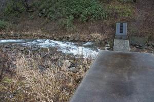 逆台形型にスリット化されても、水が流れる周辺の砂利が流されるだけで、殆どが残り、全量が流されてはいない。