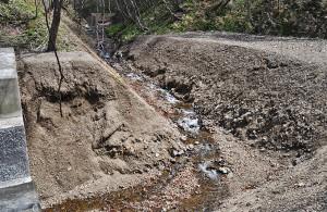スリット化に際してたまっていた堆砂は左右に振り分けられている。堆砂が全量流れ出すことはない。2013年5月2日