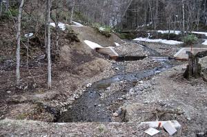 完成した治山ダム。意味不明の治山ダムだ。渡島森林管理署は国有林管理者として、植林で砂利の流下を防ぐ手立てを行うべきである。こんなところに治山ダムが必要なのか。