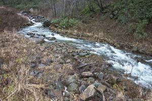 逆台形型にスリット化されても、水が流れる周辺の砂利が流されるだけで、ほとんどが残り、全量が流されてはいない。