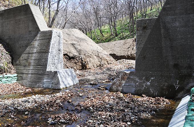 支流の上の治山ダムもスリット化された。2013年5月2日