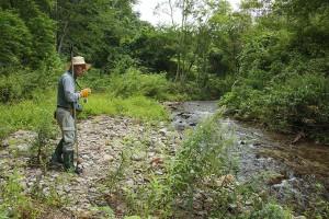 4基の治山ダムがスリット化される前は、川底が下がり、町道が崩れていた。2010年9月12日